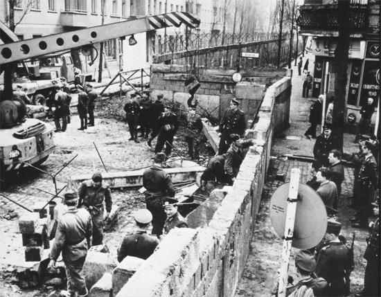 Constructing the Berlin Wall