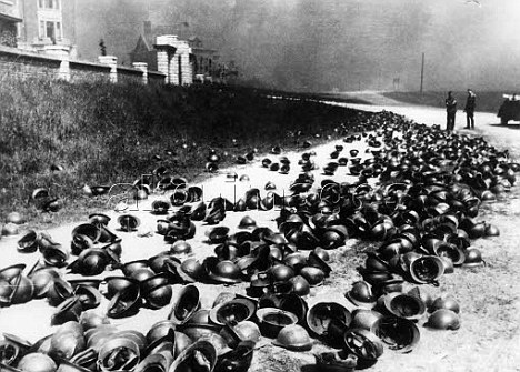 Second World War 1939-45: Western Front/ Offensive in the West, May/June 1940. Embarkation of the British expedition force in Dunkirk after the advance of the German Wehrmacht, 27 May 1940.-German soldiers examine helmets left on the beach by British and French soldiers.-Photo, undated.